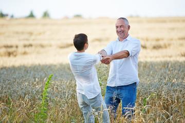 Paar Senioren beim Tanzen im Feld