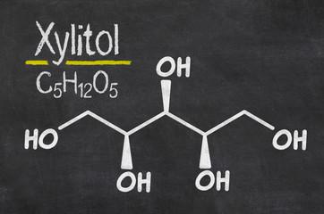 Schiefertafel mit der chemischen Formel von Xylitol
