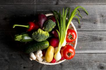 Kolorowe warzywa na drewnianym tle
