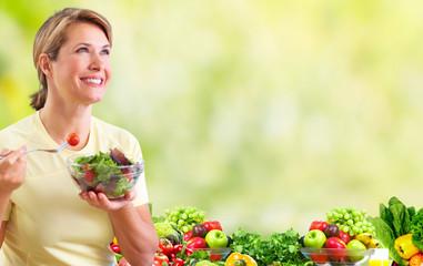 Fototapete - Elderly woman eating salad.