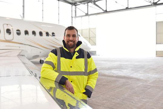 Portrait eines Fluggerätemechaniker in der Luftfahrttechnik - Bodenpersonal als Service // Portrait of an aircraft mechanic in aeronautical engineering - ground personnel