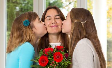 Mutter bekommt Blumen und Kuss - Muttertag