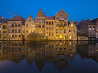 Foto auf Gartenposter Stadt am Wasser Alte Lagerhäuser an der Kraanleian der Leie, Bennannt nach alten Holzkrähnen zum Ent- und beladen von Weinfässern, Gent, Flandern, Belgien, Europa