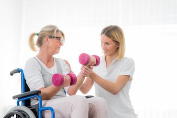 trainerin zeigt übungen mit hanteln