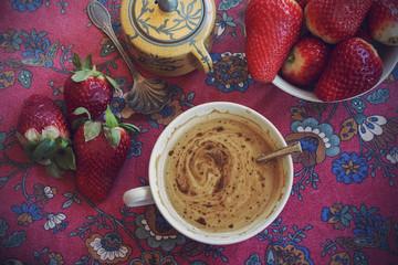 Petit déjeuner au café au lait et aux fraises