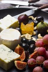 Käseplatte mit Trauben, Feigen, Oliven, Nüssen und Honig