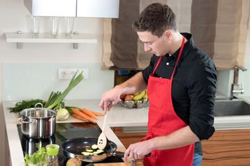 Hobbykoch beim umrühren mit einem Kochlöffel