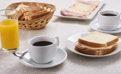 Desayuno, sándwich de jamón y queso con café