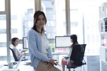 Women's portrait to work was taken in the office