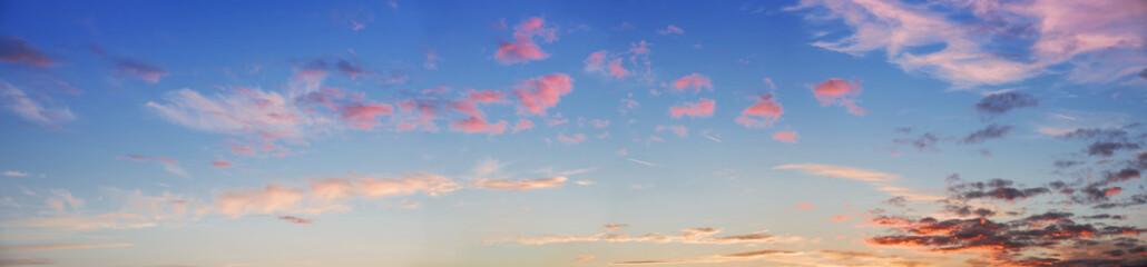 Panoramaformat Abendhimmel mit rosa Wolken