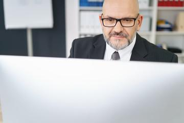 experte arbeitet am computer