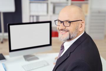 lächelnder unternehmer arbeitet am computer