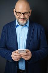 mann schaut auf sein smartphone