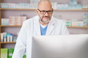pharmazeut schaut auf den computer