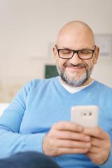 mann tippt eine nachricht auf seinem mobiltelefon