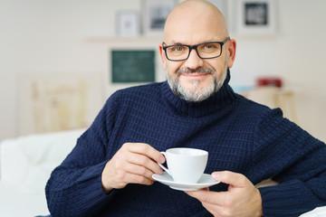 älterer mann trinkt eine tasse kaffee