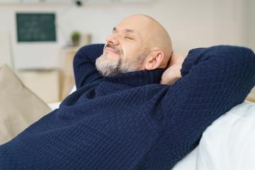 älterer mann genießt die ruhe zu hause