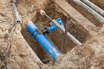 Bauarbeiten - Ein neues PE-Frischwasserrohr und Kabelschutzrohre