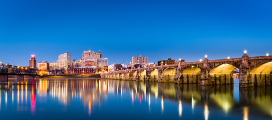 Fotomurales - Harrisburg, Pennsylvania skyline with the historic Market Street Bridge reflected on the Susquehanna River at dusk