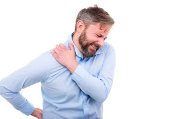 mann leidet unter schulterschmerzen