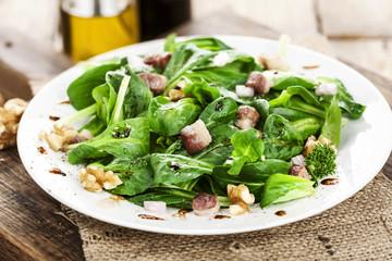 Feldsalat mit Nüssen und Speckwürfelchen