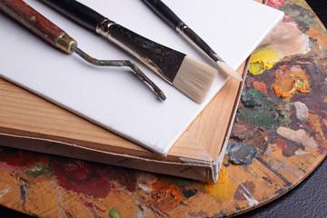 кисточки на палитре красок