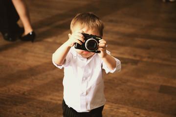 Fototapeta Chłopiec robi zdjęcie aparatem obraz