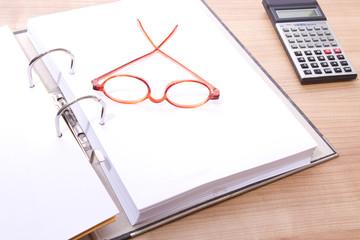 Hefter , Ordner mit Brille und Taschenrechner