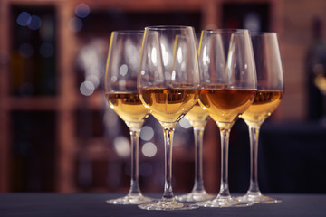 Papiers peints Vin Glasses with white wine on blurred background