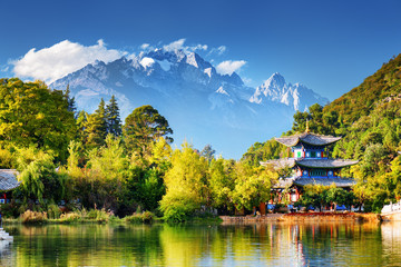 Poster de jardin Chine The Jade Dragon Snow Mountain and the Moon Embracing Pavilion