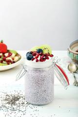 chia con yogurt e frutta in barattolo di vetro