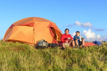 Poster Camping Entspannen in der Abendsonne vor dem Zelt
