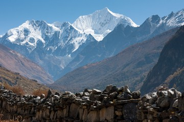 Fototapete - Mani Wall in Langtang Valley, Langtang National Park, Rasuwa Dsitrict, Nepal