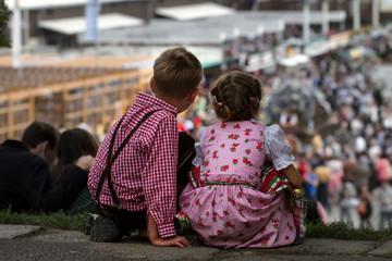 Oktoberfest wiesn theresienwiese dirndl kinder freude freundschaft lederhose bub maderl