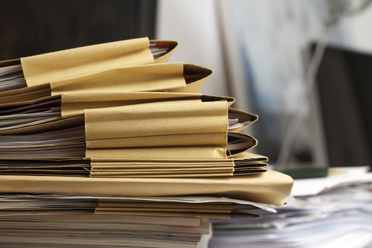 Akten und Papierstapel in einem Büro