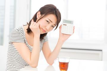 電卓を持つ女性 考える