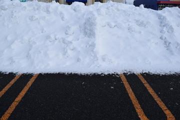 雪国の駐車場/豪雪地帯の山形県で、降雪後に除雪した駐車場を撮影した写真です。