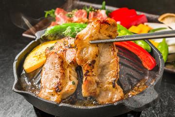黒豚で焼きとん Iron pan pork roasted meat