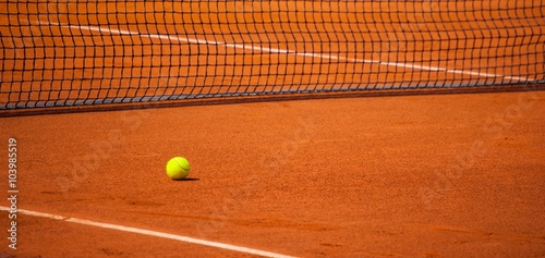 balle de tennis sur un terrain de tennis photo libre de droits sur la banque d 39 images fotolia. Black Bedroom Furniture Sets. Home Design Ideas