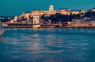Fotomurales - Budapest Castle and famous Chain Bridge in Budapest at night