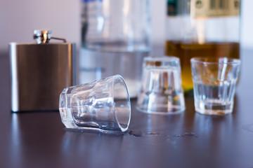 Umgestoßenes Glas, Alkoholmissbrauch