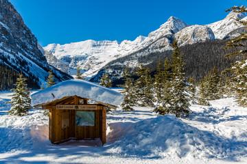 Hütte in den kanadischen Bergen Wall mural