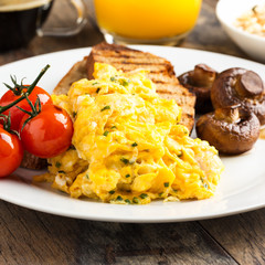 Rührei auf Toast - scrambled eggs on toast