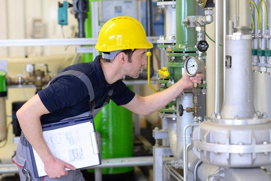 Inspektion in der Industrie - Monteur kontrolliert industrielle Anlage // Inspection in industry - workmen controlled industrial plant
