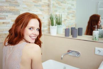 gepflegte junge frau im bad