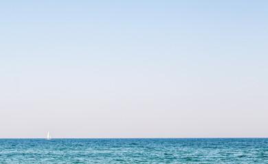 Segelboot am Horizont