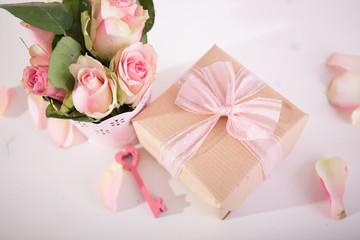 Ein schönes Geschenk mit Blumen