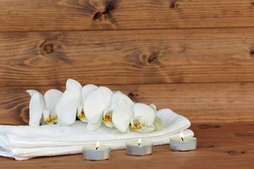 Teelichter mit Kerzen und Orchidee