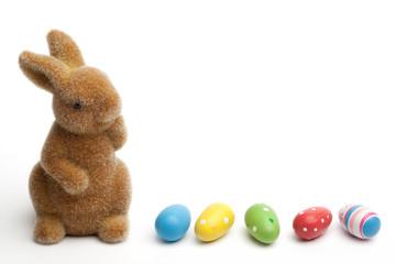 Osterhase und farbige Schokoladeeier, Freisteller auf weiss