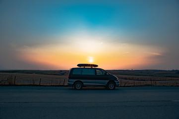 夕焼けと車